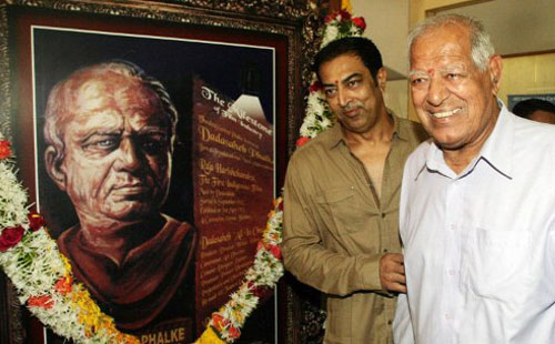 Indian Bollywood veteran actor and famous wrestler Dara Singh (R) and his son actor Vindoo (L) attend the Dadasaheb Phalke Awards 2011 ceremony in Mumbai on May 3, 2011.(AFP)
